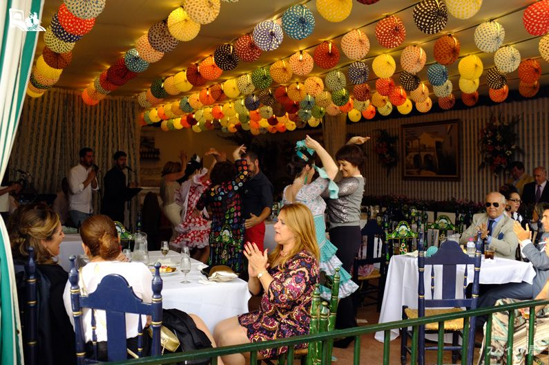 カセタ(caseta)と呼ばれる仮設タベルナ、レストラン内部で楽しむ人々。ひとつのセセタの大きさは4メートルx奥行き6メートルが一般的で、交友スーペースと台所部分の2つのスペースに分かれているます。