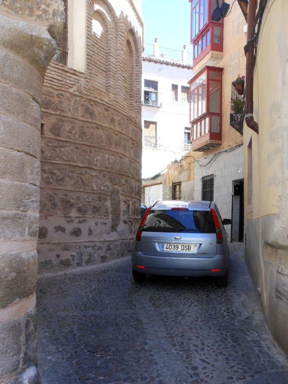 トレドの路地。車がぎりぎり通れる道幅が普通なんです。