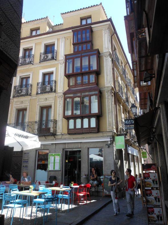 ソコドベール広場へ続く道の途中途中に小さい広場、広場、広場。その多くにカフェやレストランがテーブルを並べています。どこも大変な賑わい。