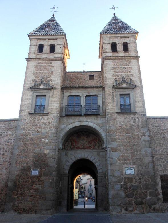 かつてハプスブルグ家配下にあったスペインの旧首都トレドの紋章であるハプスブルグ家の象徴、見事な2頭の鷲が彫られているビサグラ門はトレド観光の必見ポイントの一つ。