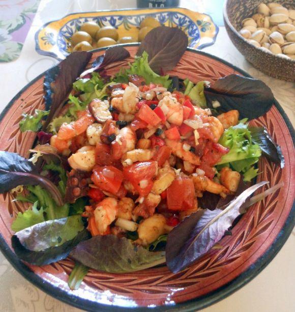 スーパーフード ざくろ入りのサルピコン・デ・マリスコス。華やかでお客様にも喜ばれる一品。