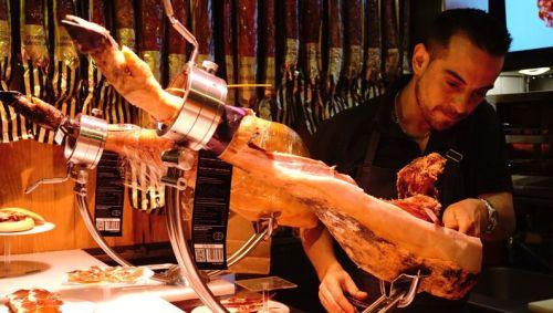 コルタドール・デ・ハモン(生ハムカットの専門者)に切ってもらった生ハムをその場で食べられるのが一番よいですね。