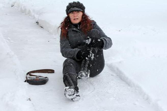 In der kalten Jahreszeit muss man für begehbare Wege sorgen, damit niemand zu schaden kommt. Deswegen hat der Gesetzgeber hier die Räum- und Streupflicht erlassen.