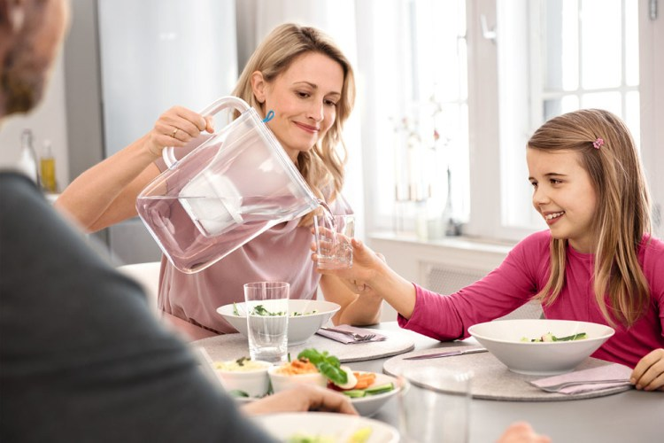 16_Style_Teal_Family_Mother_Pouring_Girl_Tabel_Meal BRITA MAXTRA+ Fill&Enjoy Style acqua ancor più buona