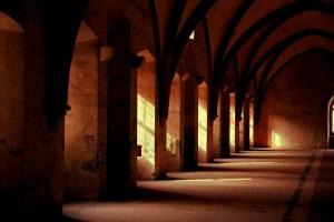 monastery-569368_1920-300x200 Come scegliere lo sfondo per il matrimonio - sfondo fotografico professionale