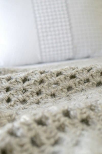 Cosy on the bed - Easy DIY Crochet Blanket