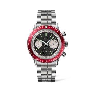 Een heren horloge uit de Longines Heritage Diver collection - uitgevoerd met stalen band, zwarte wijzerplaat en rode lunette - De Longines collectie is verkrijgbaar bij Sparnaaij Juweliers in Aalsmeer