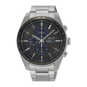 Heren horloge uit de Seiko Solar collectie - uitgevoerd met een stalen band en kast en een zwart met blauwe wijzerplaat - voorzien van een quartz uurwerk op licht energie (Solar) - De Seiko collectie is verkrijgbaar bij Sparnaaij Juweliers in Aalsmeer en Hoofddorp