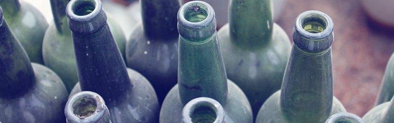 Bild på flera tomma flaskor för att symbolisera att man ska sluta dricka alkohol