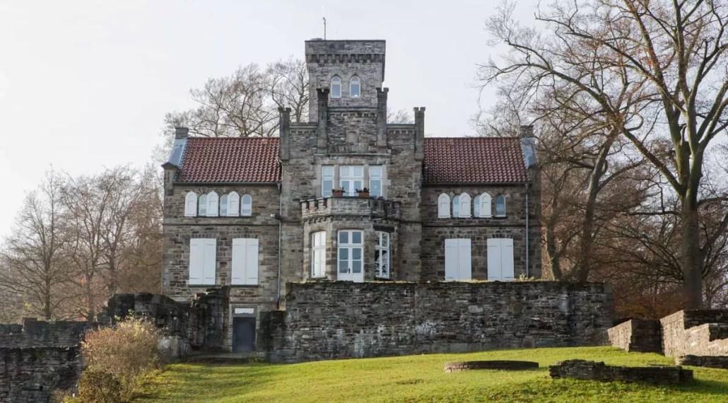 Das Haus Custodis, welches sich inmitten der Ruinen der Isenburg befindet. Zu finden auf dem Isenberg in Hattingen.