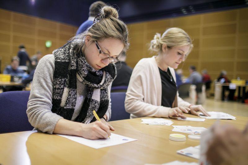 Foto: Freiwillige zählen die Stimmzettel aus