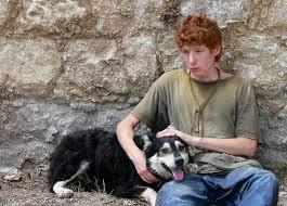 Ragazzo dai capelli rossi con cane