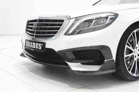 Les pièces de carbone s'affichent sur cette carrosserie blanche de la S63 AMG