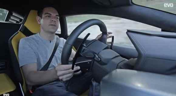 Jethro Bovingdon, pilote-essayeur d'EVO Magazine, au volant de la toute nouvelle Lamborghini Huracan LP610-4