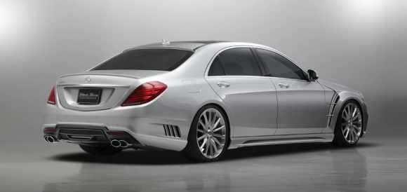 Cette Mercedes Classe S préparée laisse son élégance au placard : jupes latérales, diffuseur, sorties d'échappement, entrées d'air, becquet arrière, hauteur de caisse rabaissée