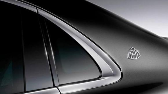 Le logo Maybach réapparait sur le montant arrière de la S600 de chez Mercedes