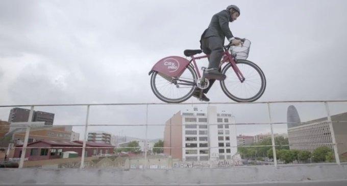 Le biker va-t-il parvenir à arriver avant l'Ateca, coincé dans les bouchons ?
