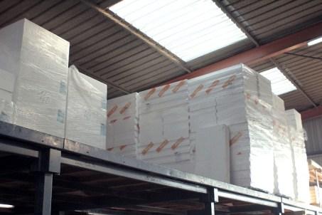 blocs et accessoires en béton cellulaire, panneaux de polystyrène expansé, de mousse de polyuréthane, cordons en fibre minérale incombustible, mortiers à base de billes de polystyrène ou de chanvre.