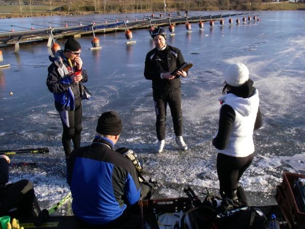 Janne förevisar skridskor från Siljanskate