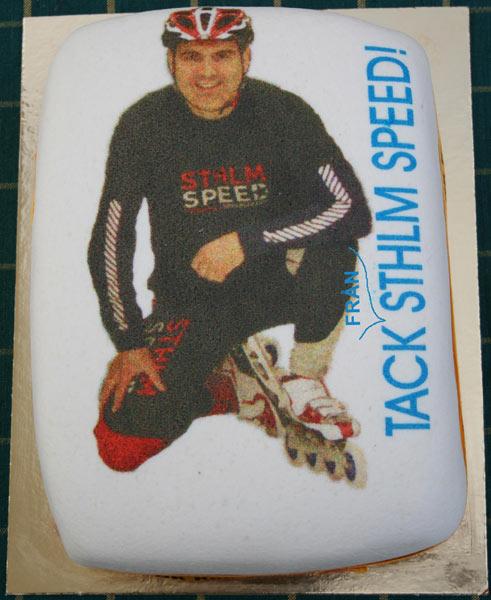 Janne Herrström får en tårta, juni 2006. Foto: ?