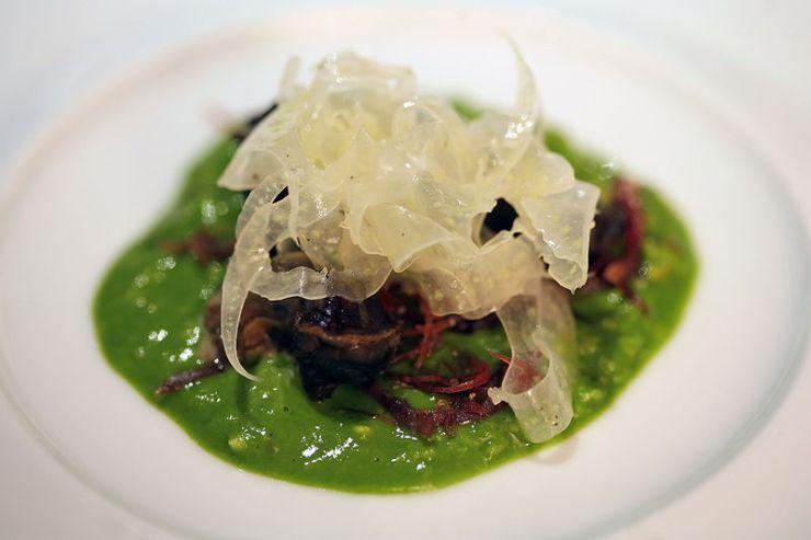'Snail Porridge': Geschälter Fenchel, feingeschnittenes Schneckenfleisch und Schinken auf einem Bett aus in Schneckensud gekochten Haferflocken mit Knoblauch und Petersilie.