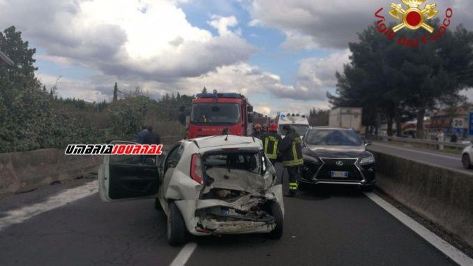 Incidente stradale sulla 75 a Spello, coinvolto anche Luciano De Cecco [Foto]