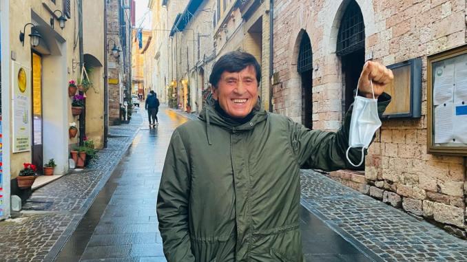 Una passeggiata a Spello, Gianni Morandi fotografato da Anna