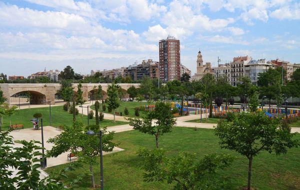 1024px-Vista_del_jardí_del_Túria_des_del_pont_de_Fusta