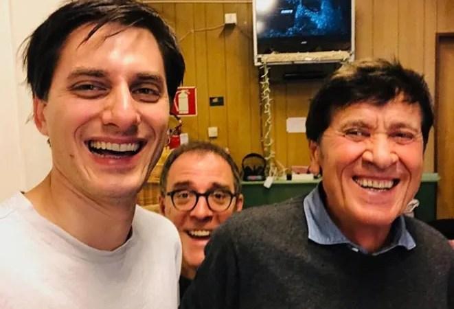 Gianni Morandi visita il set di Diabolik con Luca Marinelli e Valerio Mastandrea «Due grandi attori a Bologna»