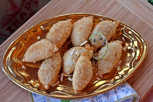 Gujiya traditional indian sweet stuffed empanada gujiya3650 forumfinder Choice Image