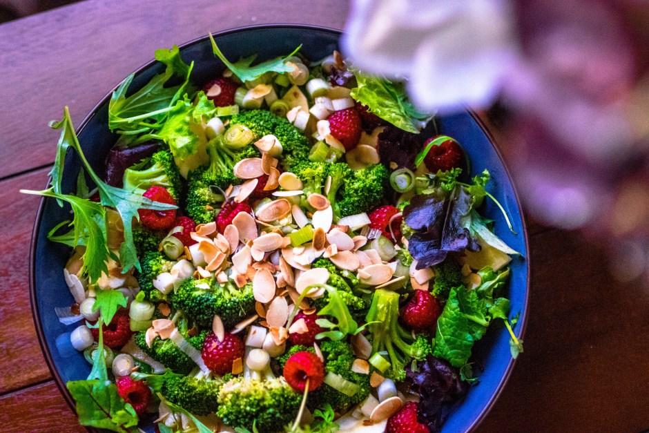 Rezept Neujahr Salat Brokkoli Wildkräuter Himbeere Brokkoli Mandel vegan Chili Dressing schnell gesund lowcarb Spicy Love Neujahrs-Salat mit wilden Kräutern & Himbeeren