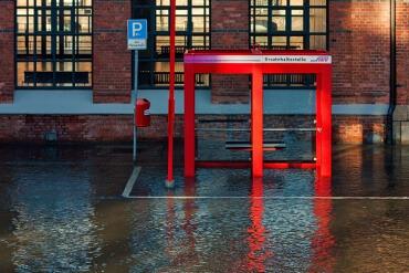 Überschwemmte Bushaltestelle in der Speicherstadt