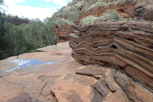 gut sichtbare Gesteinsschichten und -wölbungen am Dales Gorge