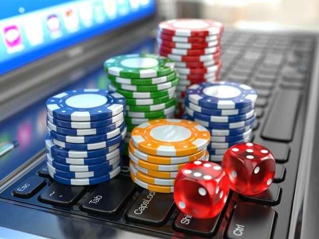Poker-Casino-Chips auf einer Laptop-Tastatur