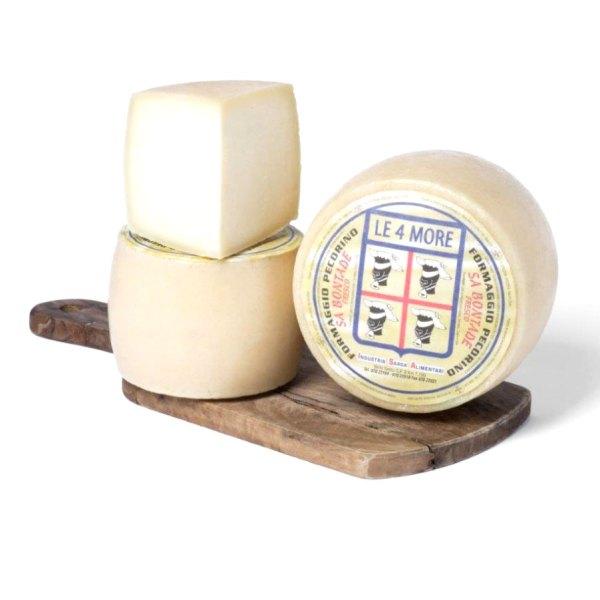 due forme di formaggio pecorino sardo fresco