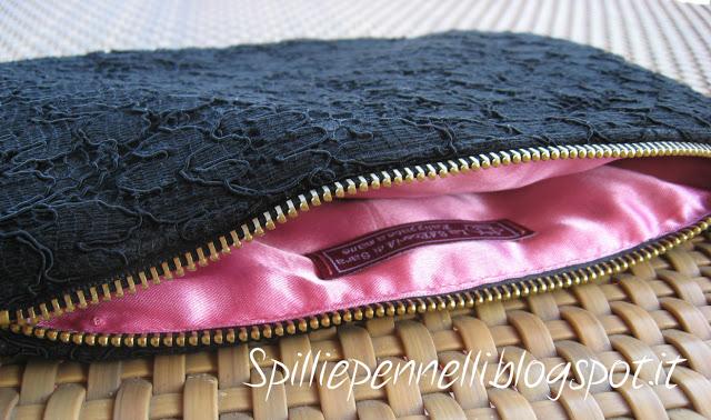 Pizzo nero e raso rosa per la borsetta a mano