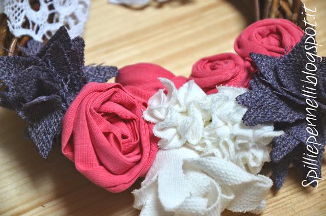 Ghirlandina con fiori in tessuto