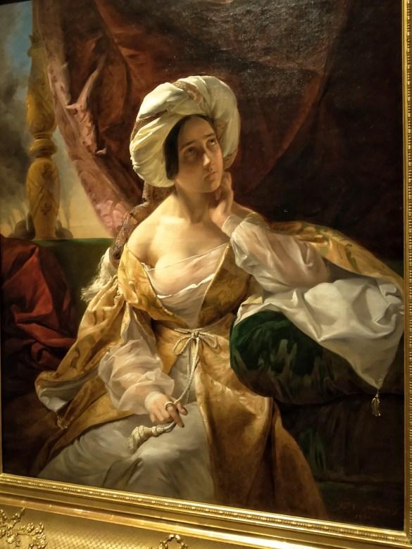Il voille impalpabile color crema con il vestito dorato