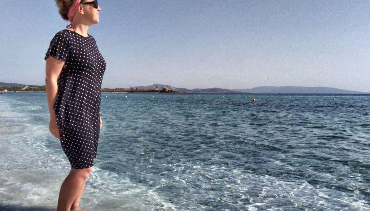 In spiaggia con il vestito a pois