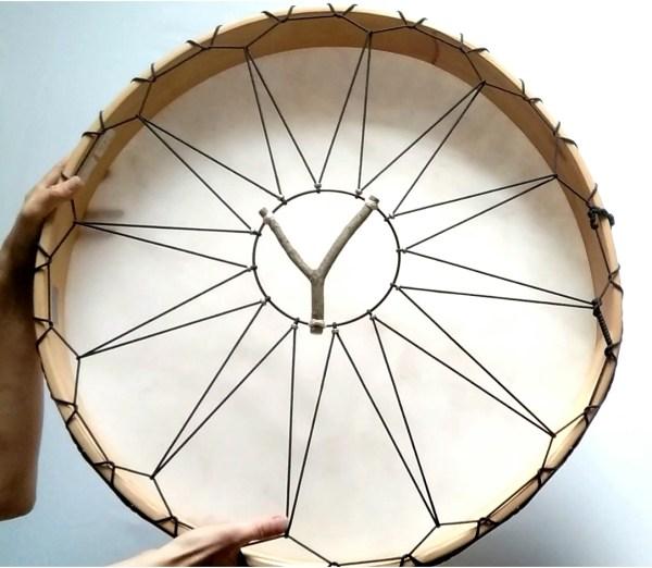 Rahmentrommel Moon Drum, weisses Naturfell matt, Rückseite, Deluxe Ausführung mit Holzgriff