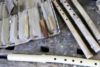 Mit feinen Werkzeugen werden Flöten gebaut