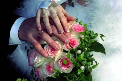Wie Dualseelen sich erkennen Brautpaar Hände und Hochzeitskleid Spirituelle Gemeinschaft