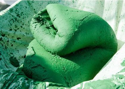 Le producteur de spiruline presse la biomasse afin d'en retirer l'excédent.