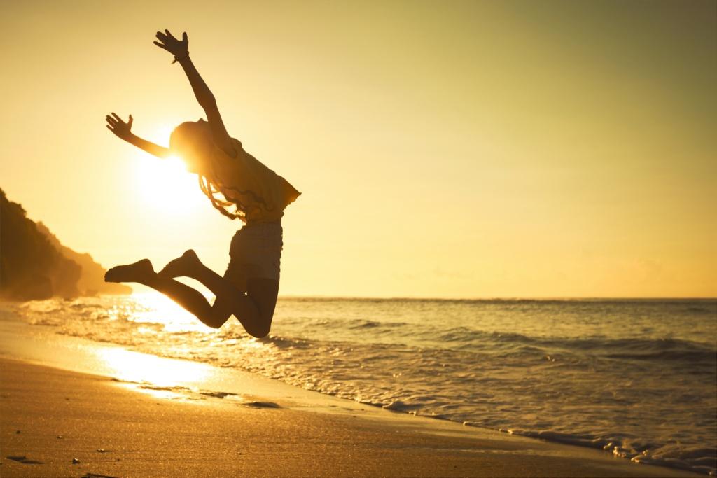 Une femme saute, laissant suggérer l'apport de vitalité et d'énergie de la spiruline des producteurs spir'up.