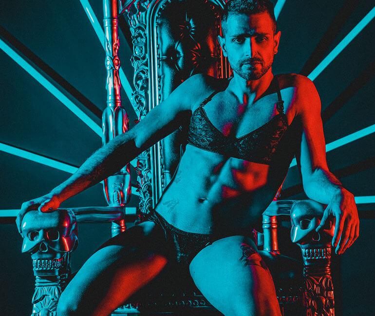 Mann mit Mengerie Set auf Thron, erotisch