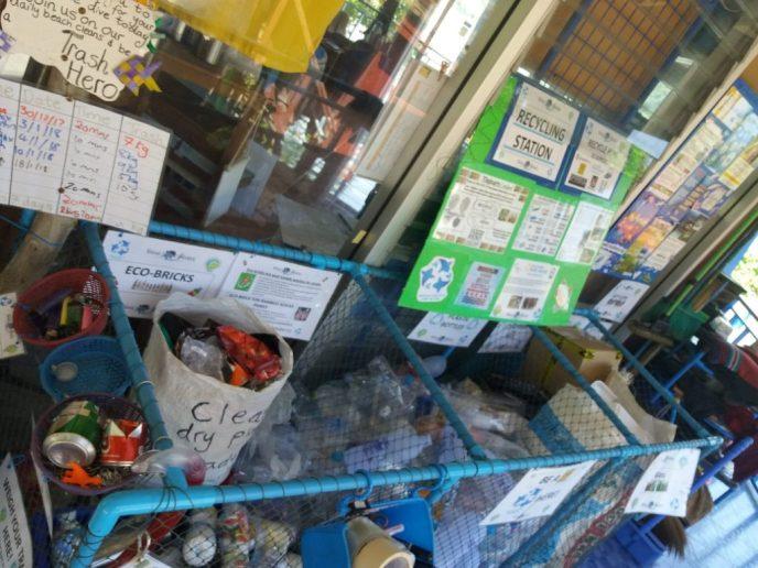 Veel afval wordt verzameld en hergebruikt op Phi Phi