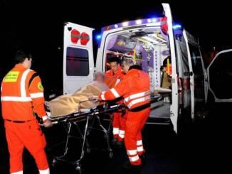 Con l'auto contro un albero, ragazzo di 29 anni muore in un incidente