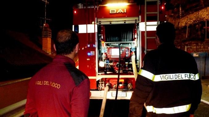Incendio in via Pontano, a a fuoco piccolo furgone, fiamme molto alte