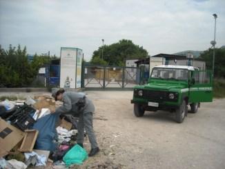 Abbandonano rifiuti davanti l'isola ecologica, beccati
