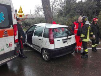 Incidente mortale a tra La Bruna Terzo la Pieve, auto contro albero, muore donna